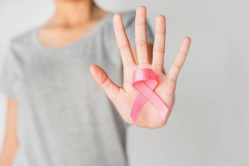 Różowa wstążka jest symbolem walki z rakiem piersi /123RF/PICSEL