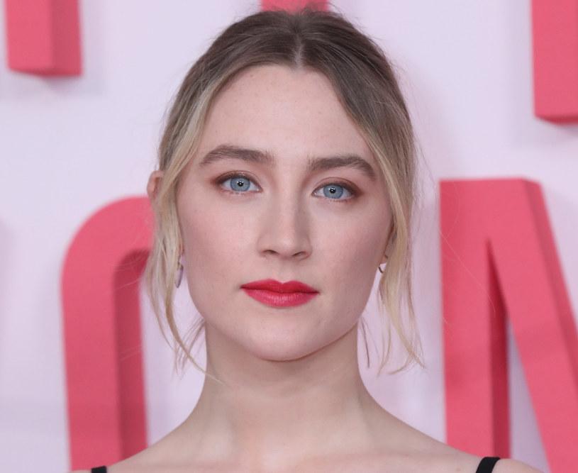 """Różowe powieki odważnie zestawiamy z czerwonymi ustami - w takim makijażu Saoirse Ronan pojawiła się na paryskiej premierze filmu """"Małe kobietki"""" / Isabel Infantes/PA Images /East News"""