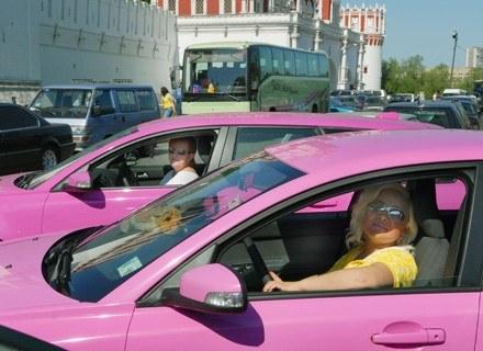 Różowe taksówki w Moskwie /Getty Images/Flash Press Media