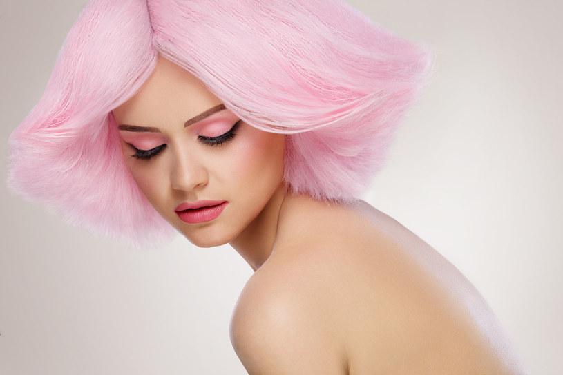Różowe usta, różane policzki i różowy cień na powiekach - to jeden z trendów, który obecny będzie w nadchodzącym sezonie /123RF/PICSEL
