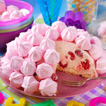 Różowy kopiec z malinami
