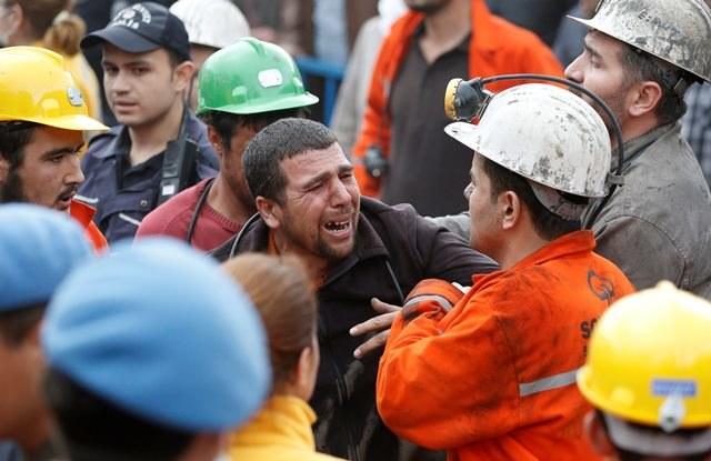 Rozpacz po wybuchu w kopalni /TOLGA BOZOGLU /PAP/EPA