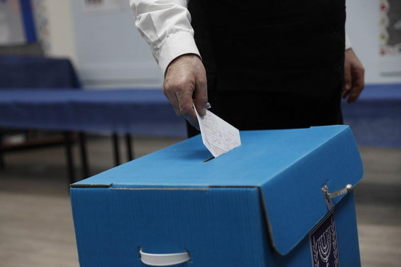 Rozpoczęły się przedterminowe wybory parlamentarne w Izraelu /ATEF SAFADI  /PAP/EPA