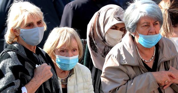 Rozporządzenie wprowadza m.in. obowiązek zasłaniania nosa i ust wyłącznie maseczką. /FEHIM DEMIR /PAP/EPA