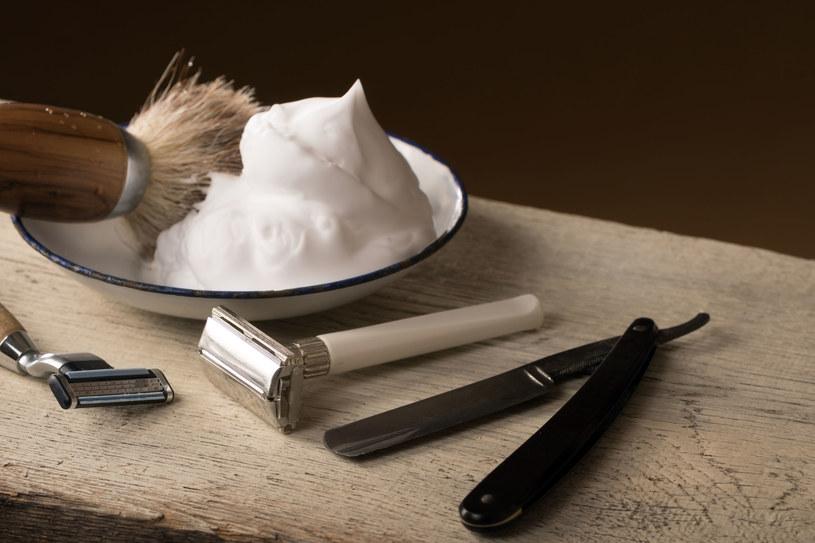 Rozprowadź nieco pianki do golenia na łazienkowym lustrze. Będzie pięknie wyczyszczone i na pewno nie zaparuje. /123RF/PICSEL