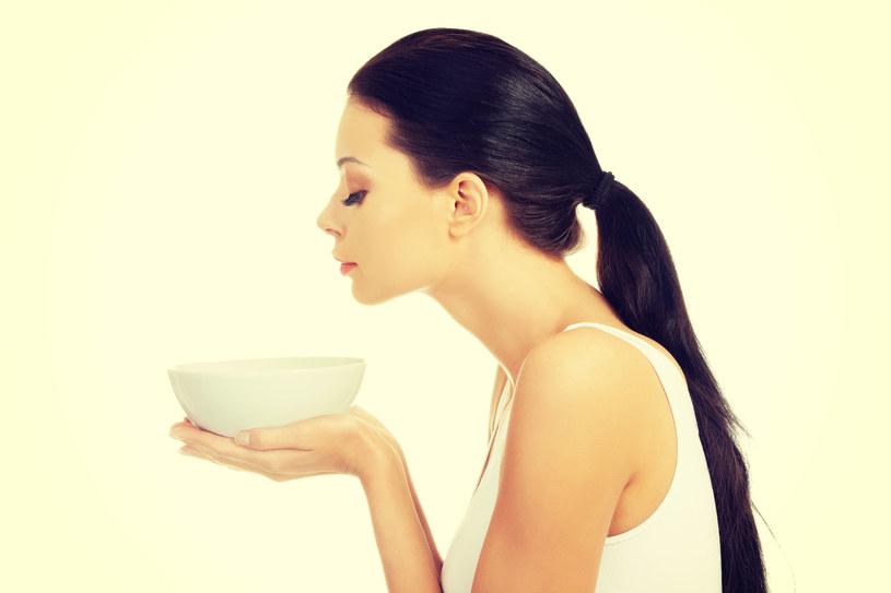 Rozpulchnij skórę i oczyść ją z toksyn, robiąc ziołową parówkę a potem usuń zaskórniki /123RF/PICSEL