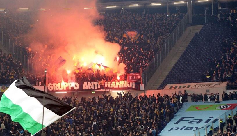 Rozrabiający kibice Eintrachtu podczas jesiennego meczu z Hannoverem /AFP