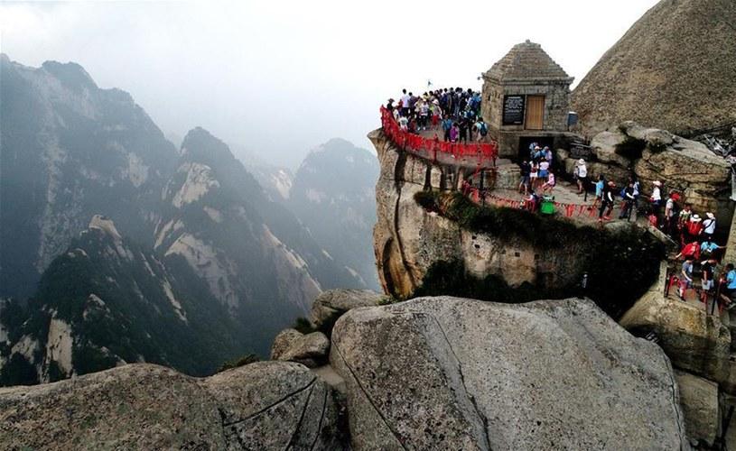 Rozsiane po zboczach i wierzchołkach Hua Shan świątynie przypominają, że jest to miejsce nie tylko turystycznych wrażeń, ale także medytacji, skupienia oraz modlitwy /East News