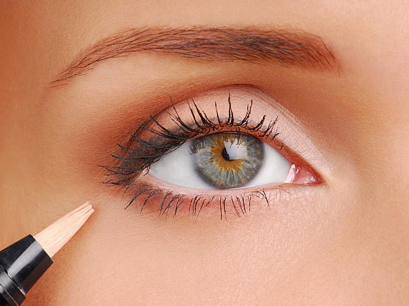 Rozświetl kąciki oczu /© Photogenica