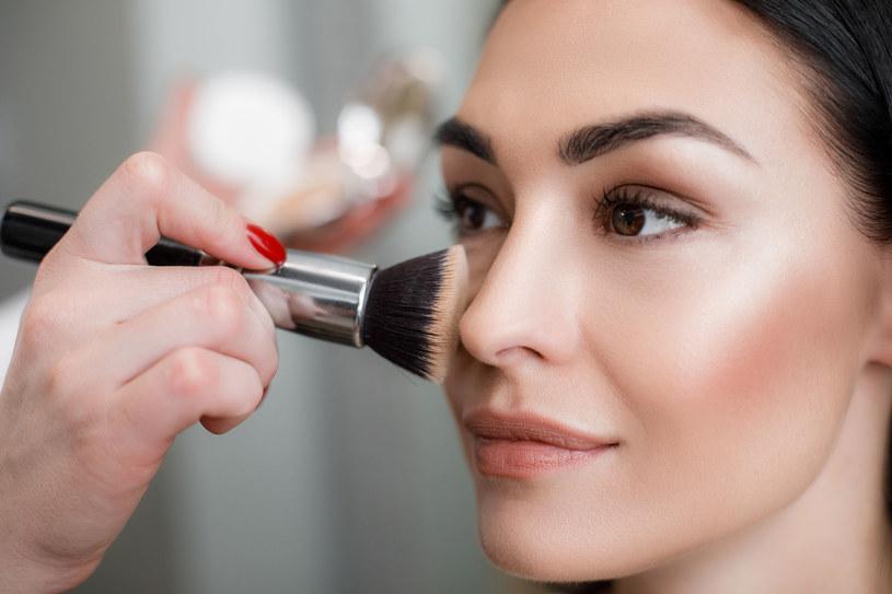 Rozświetlona cera to podstawa pięknego makijażu /123RF/PICSEL
