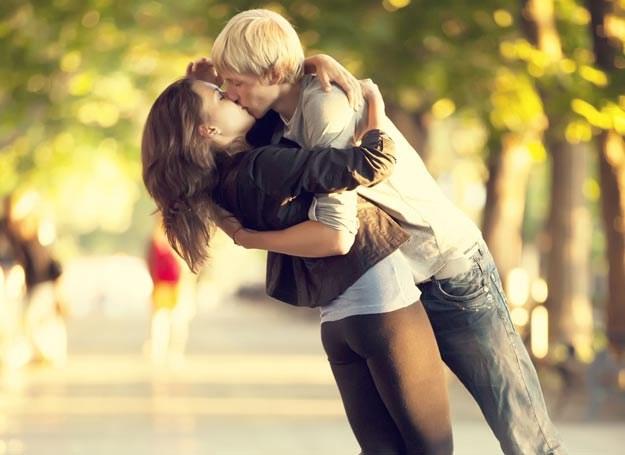 Rozumiem, że syn nie chce patrzeć na zakochaną parę /123RF/PICSEL