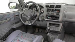 Rozwiązania tablicy przyrządów (np. suwaki do wentylacji) zdradzają zaawansowany wiek auta. Za to ergonomia jest perfekcyjna. /Motor