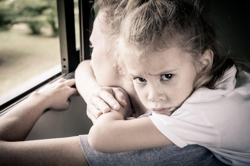 Rozwód to powinna być sprawa rodziców. Dziecko nie może cierpieć z powodu ich rozstania. /123RF/PICSEL
