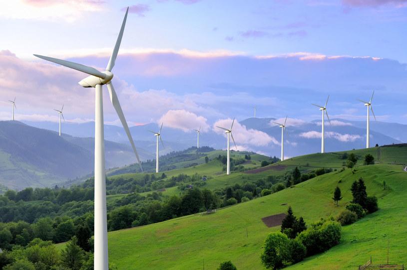 Rozwoju wiatraków na lądzie oznaczałby zwiększenia produkcji przez krajowe przedsiębiorstwa dostarczające komponenty do budowy farm wiatrowych /123RF/PICSEL