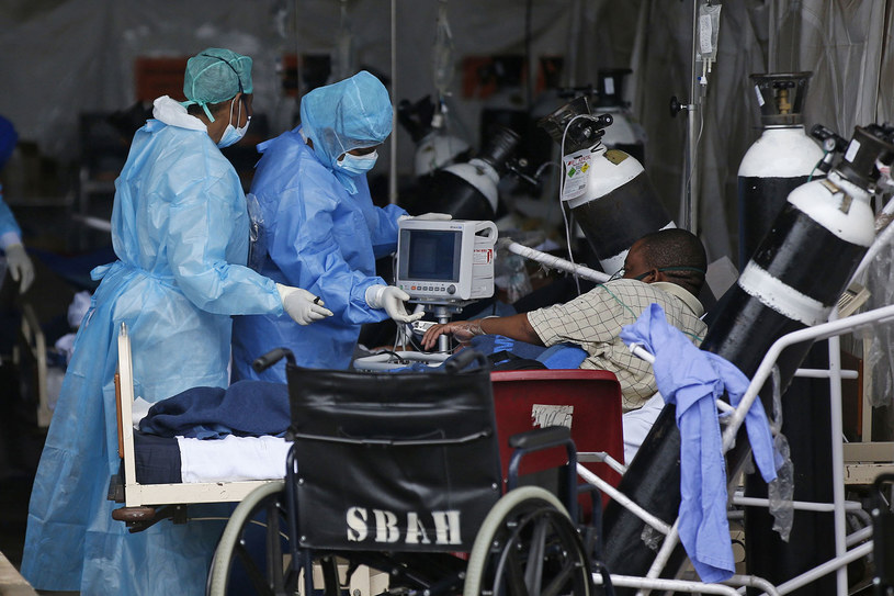 RPA: Rząd wstrzymuje szczepienia preparatem AstraZeneca /Phill Magakoe /AFP