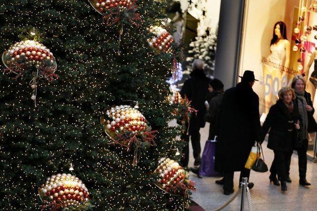Ruch w sklepach w okresie przedświątecznym jest bardzo duży /AFP