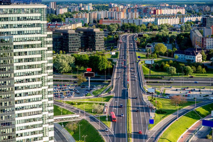 Ruchliwe arterie sąsiadują z ogromnymi blokami Petržalki /123RF/PICSEL