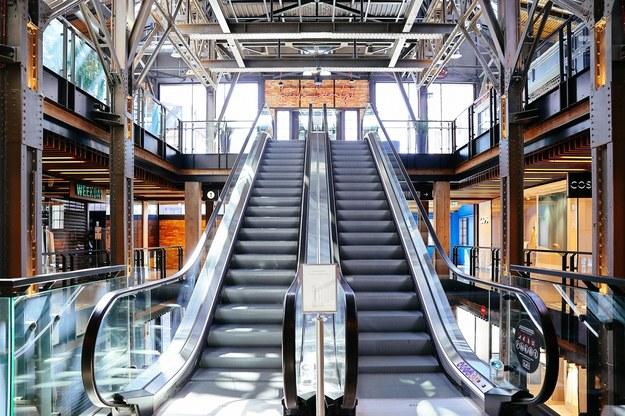 Ruchome schody w jednej z warszawskich galerii handlowych /Albert Zawada /PAP