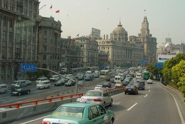 Ruchu uliczny jest w Szanghaju bardzo duży / kliknij /INTERIA.PL