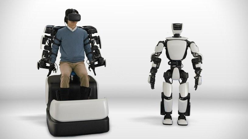 Ruchy stóp użytkownika siedzącego w specjalnym interaktywnym fotelu sterują przemieszczaniem się robota /materiały prasowe