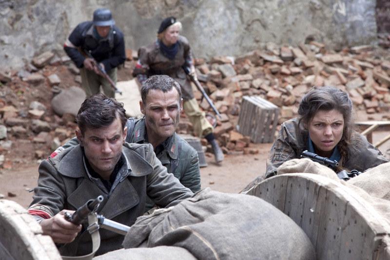 Ruda (Karolina Gorczyca) nie boi się walczyć jak rasowy żołnierz. Na zdj. z Antonim Pawlickim (z lewej) i Janem Wieczorkowskim. /Telus /AKPA