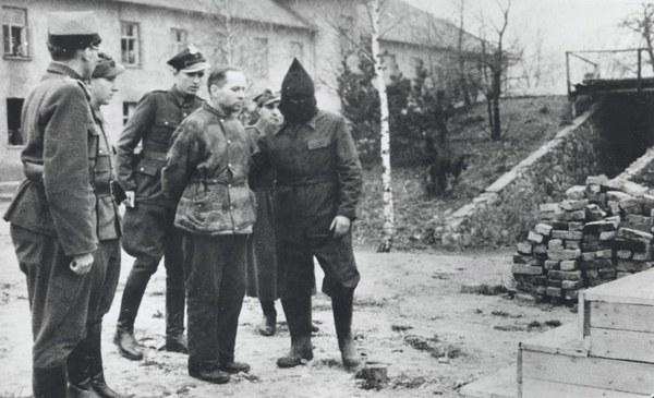Egzekucja Rudolfa Hoessa - zdjęcie zrobione 16 kwietnia 1947 r. przez fotoreportera Stanisława Dąbrowieckiego
