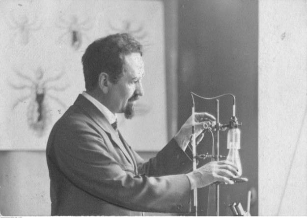 Rudolf Weigl - zoolog i bakteriolog, profesor Uniwersytetu Lwowskiego, członek Polskiej Akademii Umiejętności. Fotografia sytuacyjna w laboratorium podczas pracy /Z archiwum Narodowego Archiwum Cyfrowego