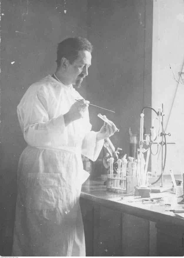 Rudolf Weigl - zoolog i bakteriolog, profesor Uniwersytetu Lwowskiego, członek Polskiej Akademii Umiejętności. Fotografia sytuacyjna w laboratorium podczas pracy. /Z archiwum Narodowego Archiwum Cyfrowego