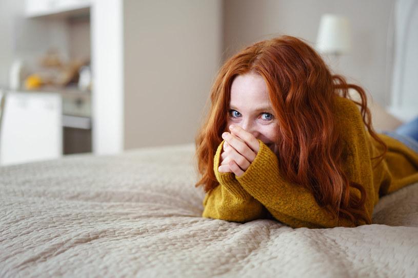Rudowłosi nie powinni się opalać, gdyż częściej chorują na raka skóry /123RF/PICSEL