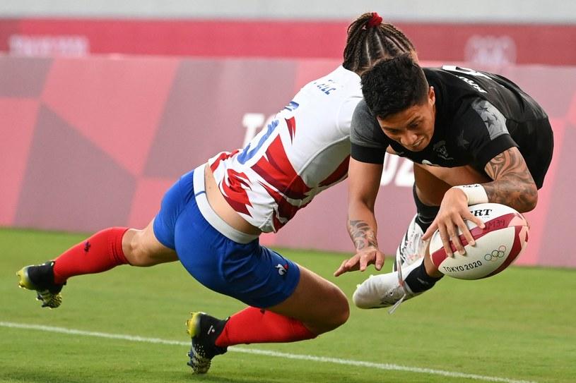 Rugbystki Nowej Zelandii (czarne stroje) wygrały w Tokio /AFP