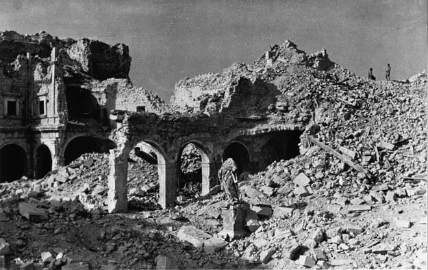 Ruiny klasztoru zbombardowanego podczas inwazji aliantów na okupowaną Europę /CAF /PAP