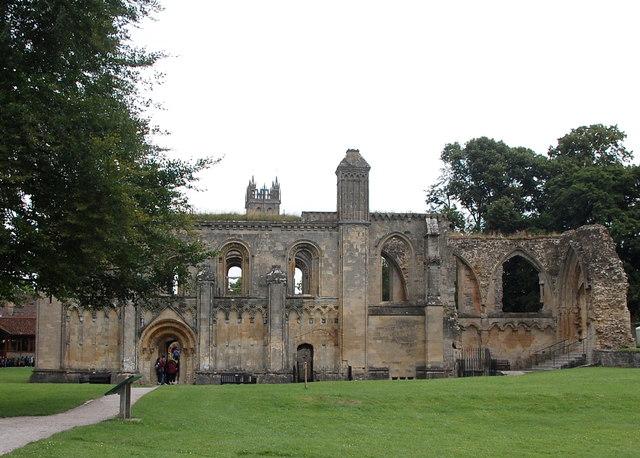 Ruiny opactwa w Glastonbury skrywały wiele informacji z zaświatów, fot: http://www.geograph.org.uk /domena publiczna