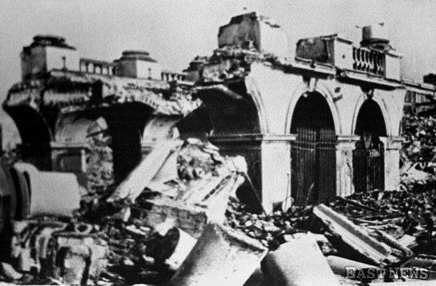 Ruiny Pałacu Saskiego po wysadzeniu przez Niemców w 1944 r. /Danuta Łomaczewska /East News