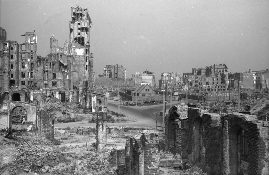 Ruiny Środmieścia Warszawy. Z lewej wypalony gmach Prudentialu /CAF /PAP