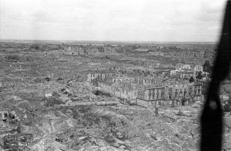 Ruiny warszawskiego getta, 1946. Na pierwszym planie zniszczony Pałac Mostowskich /Stanisław Dąbrowiecki/CAF /PAP