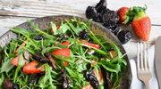 Rukola ze śliwkami kalifornijskimi i truskawkami