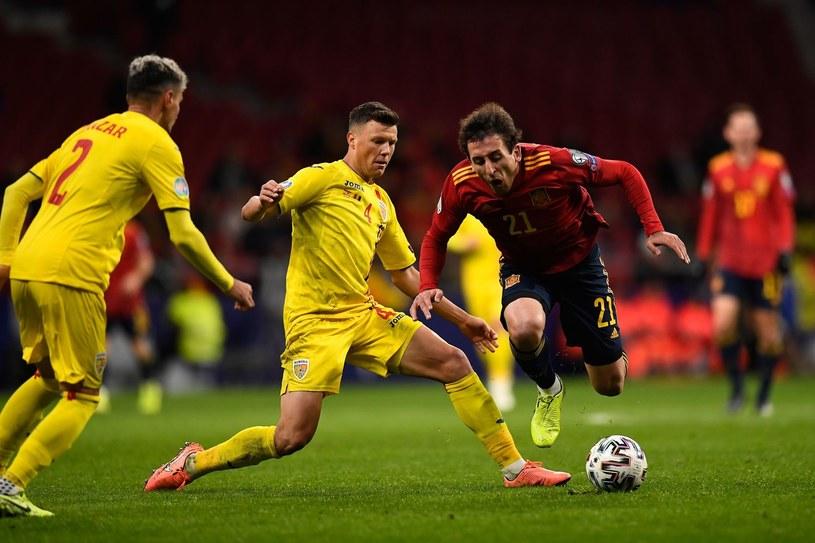 Rumunia (żółte stroje) w meczu z Hiszpanami /AFP