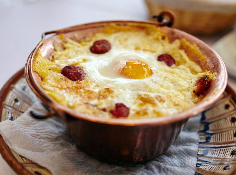Rumuńska mamałyga z kiełbasą, serem i jajkiem /123RF/PICSEL