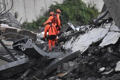 Runął wiadukt na autostradzie, liczba ofiar może być duża