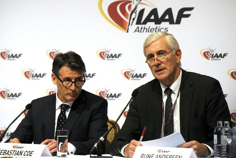 Rune Andersen (z prawej) twardo egzekwuje powinności rosyjskiej federacji w sprawie dopingu /fot. Herbert Pfarrhofer /AFP