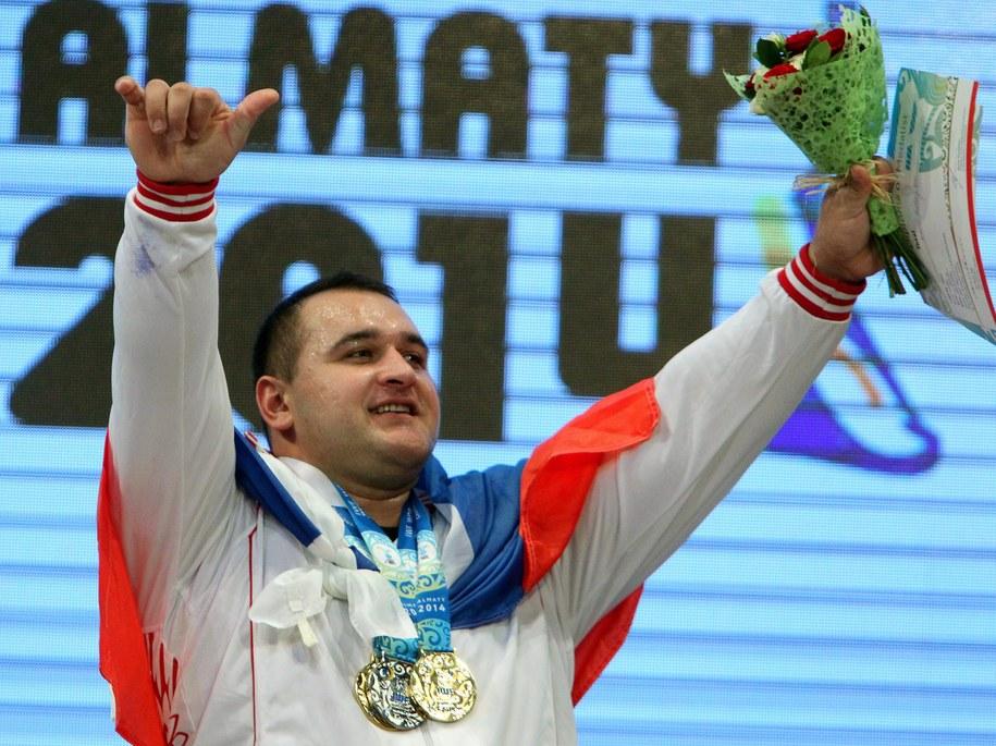 Rusłan Albegow na podium w Ałmatach w Kazachstanie /IGOR KOVALENKO /PAP/EPA