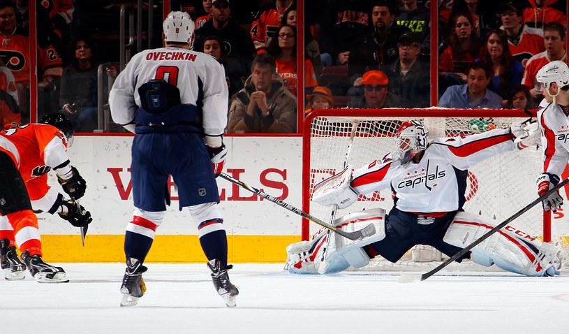 Rusłan Fiedotienko strzela zwycięskiego gola w meczu Flyers - Capitals /AFP