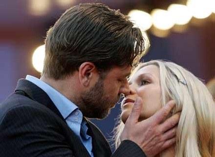 Russell Crowe przyznaje, że bywa nieprzyjemny... nie przeszkadza to chyba jednak rzeszom fanek /AFP