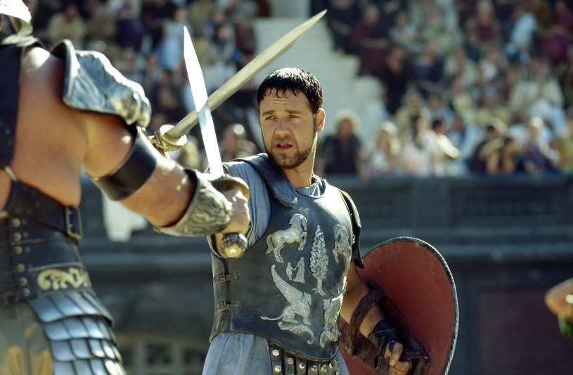 """Russell Crowe w filmie """"Gladiator"""" z 2000 roku /Everett Collection /East News"""