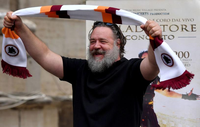 Russell Crowe z szalikiem klubowym drużyny AS Roma /AFP