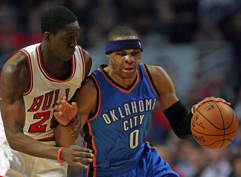 Russell Westbrook (z prawej) w meczu z Chicago Bulls /AFP