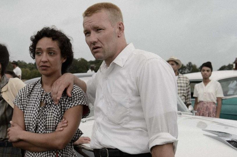 """Ruth Negga i Joel Edgerton w scenie z filmu """"Loving"""" /materiały prasowe"""