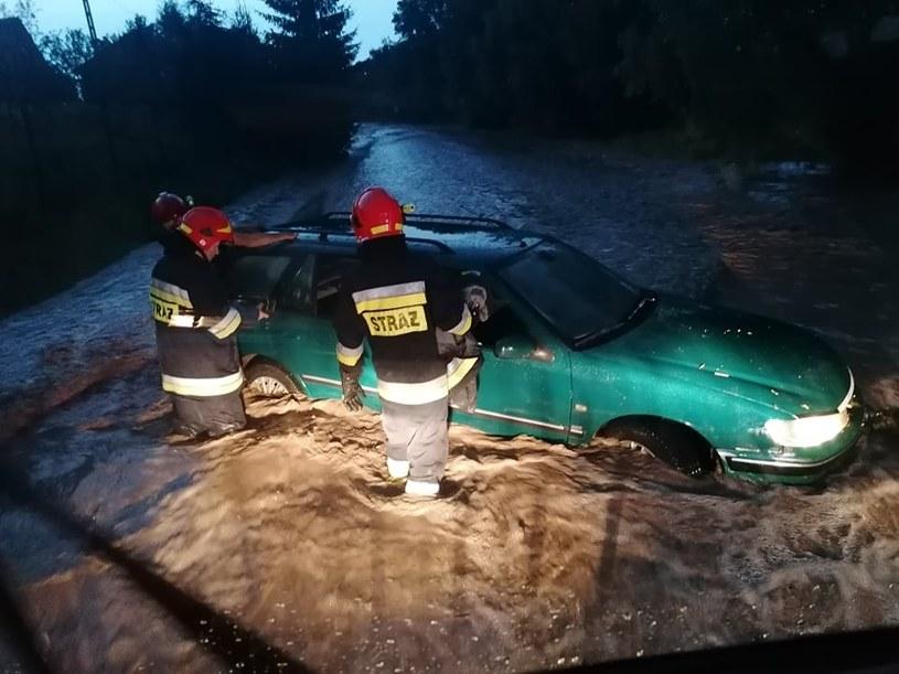 Rwąca woda porwała samochód z kierowcą /OSP Nowe Brzesko /facebook.com