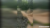 Rwący potok spowodował podmycie i zarwanie drogi w Kanadzie