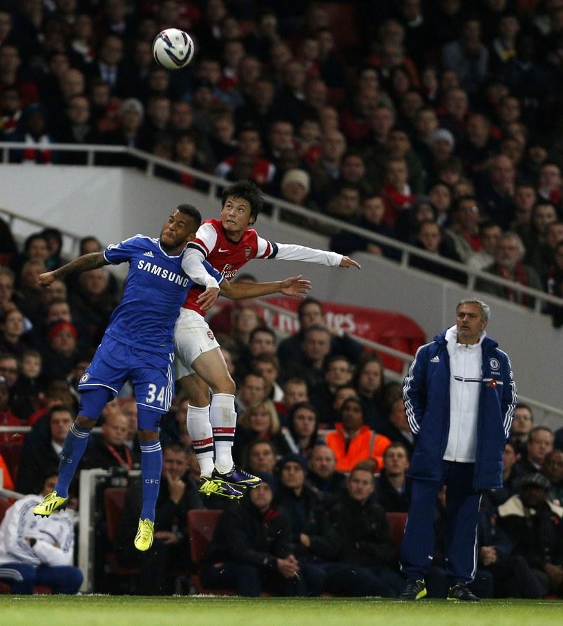 Ryan Bertrand (w niebieskiej koszulce) w meczu z Arsenalem /AFP